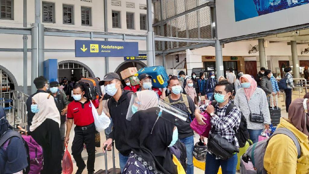 Puncak Arus Balik, 16 Ribu Penumpang KA Tiba di Stasiun Gambir-Senen Pagi Ini