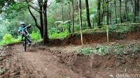Selain mendapat kepuasan menjajal trek baru, traveler juga akan mendapat edukasi untuk menanam pohon. (Bima Bagaskara/detikcom)