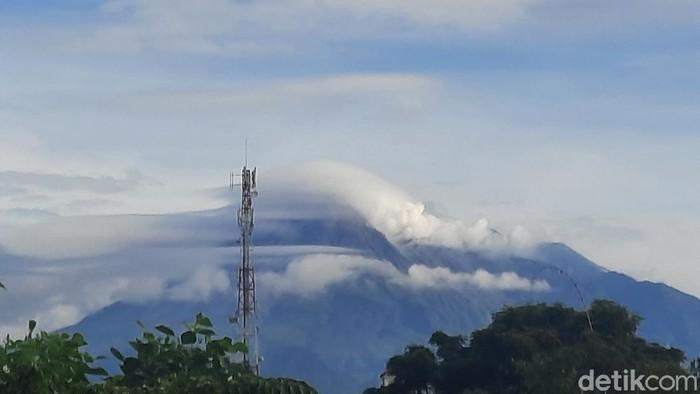 Visual Merapi pagi ini dari Kapanewon Depok, Sleman, 3/12/2021