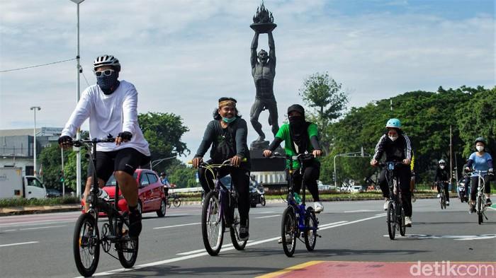 Meski CFD masih belum diberlakukan sejumlah warga tampak asyik bersepeda di kawasan Ibu Kota. Seperti apa potretnya?
