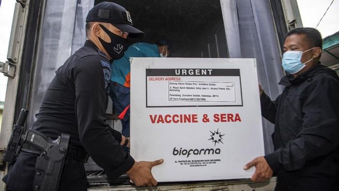 Anggota Brimob berjaga didalan gudang penyimpanan vaksin (cold room) vaksin COVID-19 Sinovac milik Dinas Kesehatan Provinsi Sumatera Selatan di Palembang, Senin (4/1/2020). Sebanyak 30.000 dosis vaksin COVID-19 Sinovac tiba di Palembang yang selanjutnya akan didistribusikan ke Kab/Kota. ANTARA FOTO/Nova Wahyudi/hp.