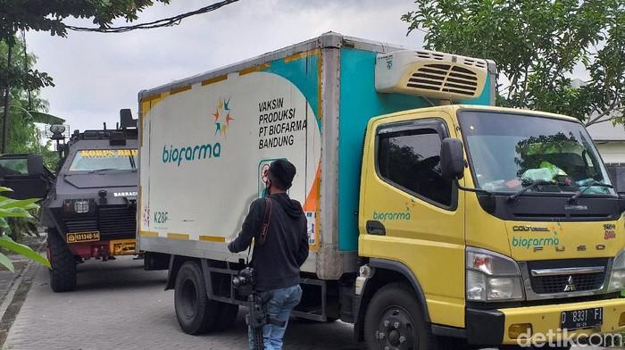 Vaksin COVID-19 produksi Sinovac tiba di Kantor Dinkes Jatim. Adapun jumlah vaksin COVID-19 yang dikirim dari PT Bio Farma Jawa Barat, yakni 77.760 dosis.