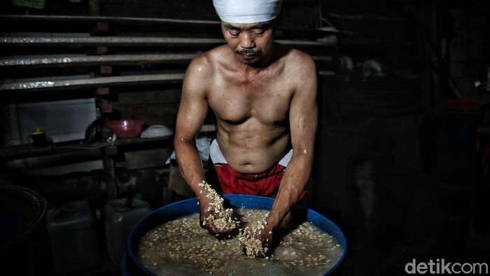 Harga kacang kedelai mengalami kenaikan dari Rp 6.500 menjadi Rp 9.500 per kilogram. Kenaikan dirasakan para perajin tempe sejak satu bulan terakhir.