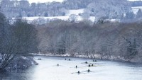 Lalu di Sungai Tyne di Hexham, Inggris timur laut, biasanya dipenuhi warga yang ingin mendayung kano. Owen Humphreys/PA via AP