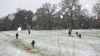 Orang-orang juga menikmati cuaca dingin di Darley Park, di Derby, Inggris tengah. Jacob King/PA via AP