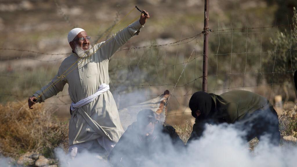 Warga Palestina Bentrok dengan Tentara Israel di Tepi Barat