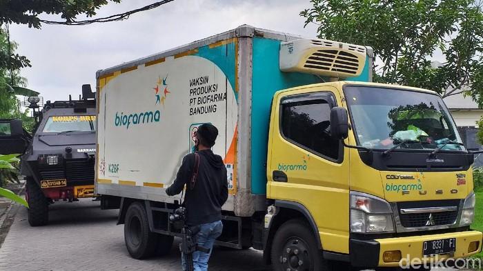 Vaksin COVID-19 produksi Sinovac yang dikirim dari PT Bio Farma Jawa Barat tiba di Kantor Dinas Kesehatan Jatim, Senin (4/1/2021). Kendaraan pengangkut vaksin tuba dengan dikawal mobil barracuda milik kepolisian.
