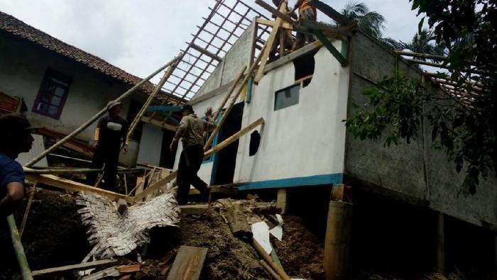 Empat rumah di Tasikmalaya rusak diterjang puting beliung