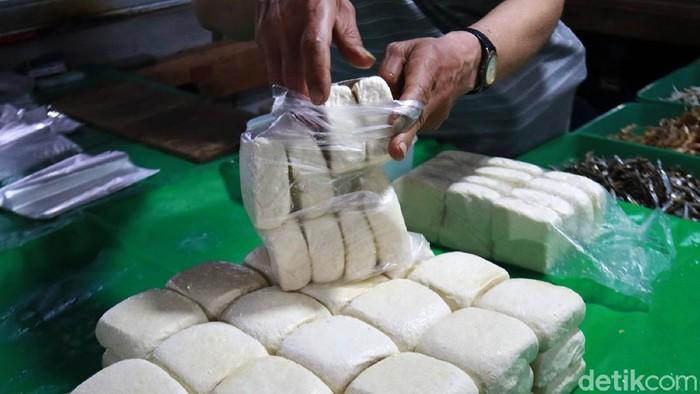 Dampak kedelai naik, harga tahu di pasar tradisional yang ada di Kota Bandung, Jawa Barat naik. Kenaikan harga ini terjadi hari ini, Senin (4/1/2021).