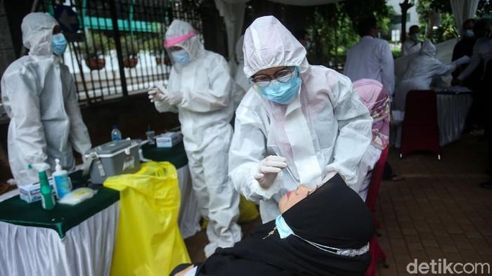 Usai libur panjang, sebanyak ratusan pegawai Kemenag diswab PCR hari ini. Berikut foto-fotonya.