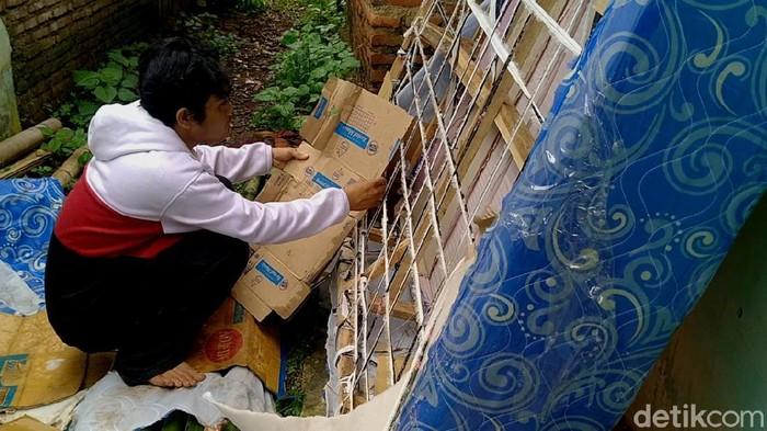 Polisi mengungkap penjualan kasur pegas (spring bed) abal-abal bermotif cuci gudang yang kerap keliling kampung.