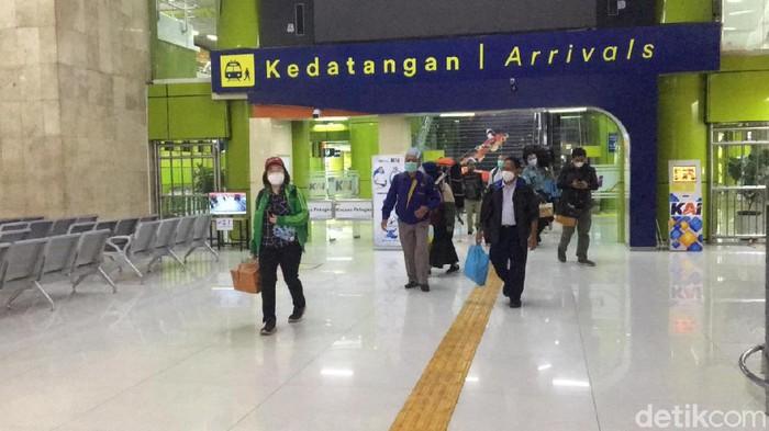 Kedatangan penumpang KA Jarak Jauh di Stasiun-stasiun di Jakarta.