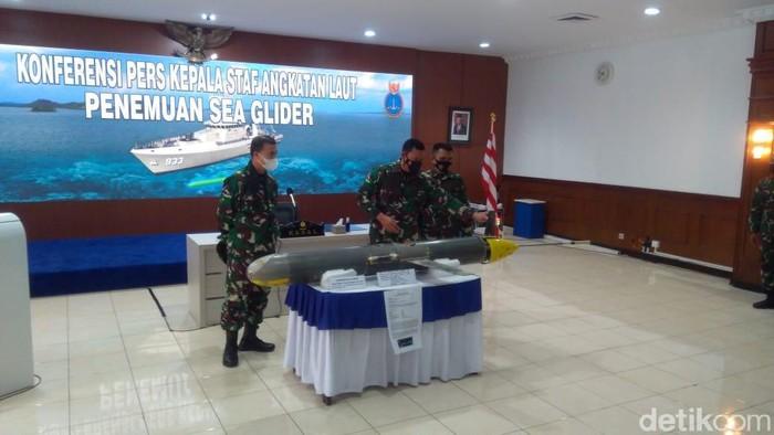 Konferensi pers benda diduga drone di perairan Selayar (Adhyasta Dirgantara/detikcom).