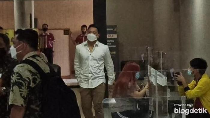 Michael Yukinobu Defretes atau Nobu Hadiri Pemeriksaan Tersangka Kasus Video Syur