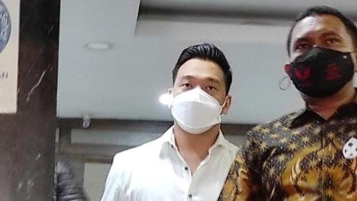 Michael Yukinobu Defretes usai jalani pemeriksaan tersangka video syur