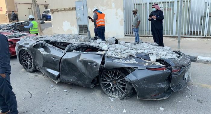 Mobil Mewah Hancur Tertimpa Bangunan Parkir Roboh di Arab Saudi