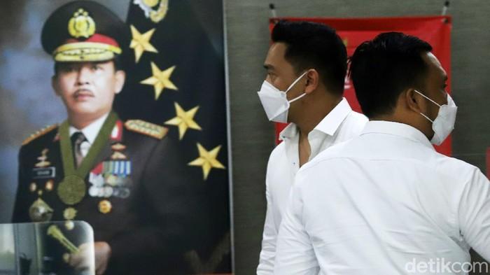 Michael Yukinobu Defretes atau Nobu memenuhi panggilan polisi untuk diperiksa terkait kasus video syur bareng Gisella Anastasia atau Gisel. Nobu hadir dengan mengenakan kemeja warna putih.