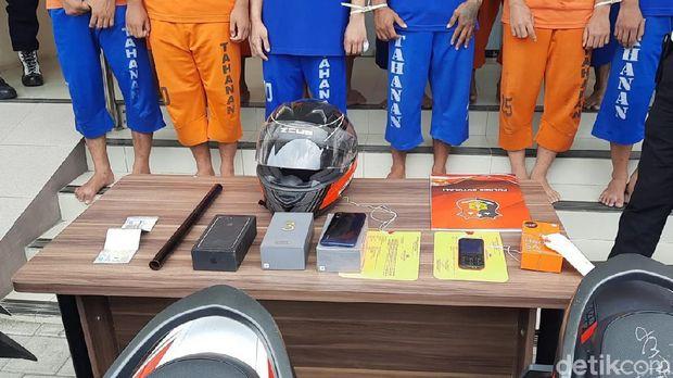 Pelaku begal yang merupakan komplotan geng motor asal Klaten yang ditangkap di Boyolali. Para pelaku begal yang biasa beraksi di Boyolali, Sukoharjo, dan Karanganyar.