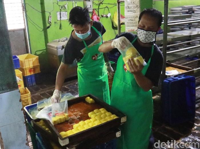 Perajin Tahu Cibuntu, Kota Bandung, Jawa Barat masih produksi meskipun harga bahan baku kedelai naik di pasaran. Mereka terpaksa menikan harga.