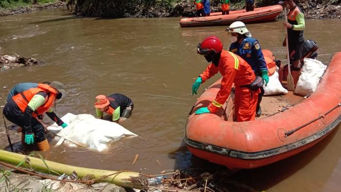 Petugas evakuasi mayat lansia di Kali Ciliwung, Pasar Minggu, Jaksel