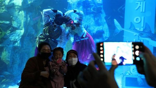 Aksi para penyelam ini untuk menarik minat para pengunjung.