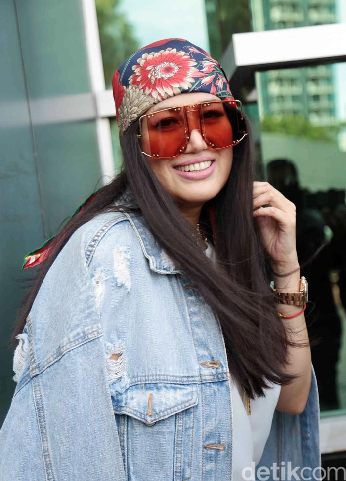 Penyanyi Sania saat ditemui di studio Trans TV.