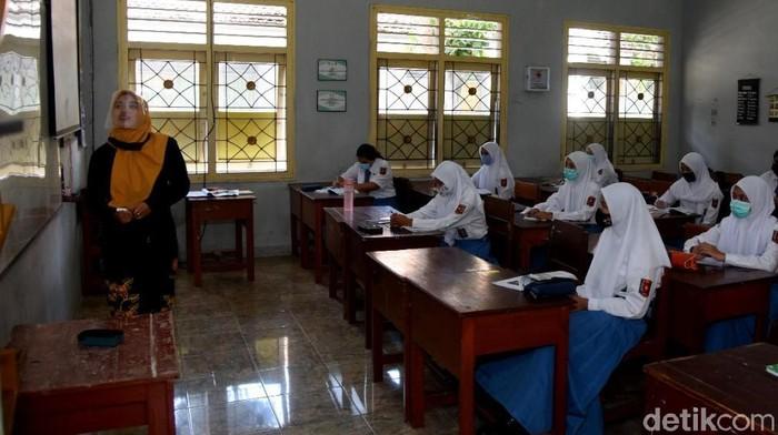 Rencana sekolah tatap muka di Banyuwangi kembali dikaji. Itu dilakukan seiring naiknya kasus COVID-19.