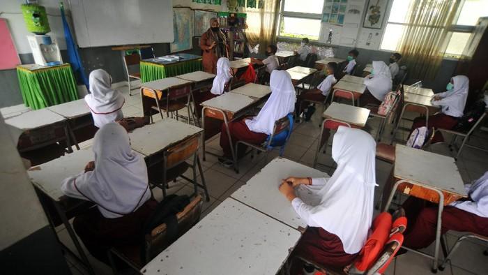 Sejumlah siswa mengikuti kegiatan belajar tatap muka hari pertama, di SDN 06 Lapai, Padang, Sumatera Barat, Senin (4/1/2021). Pemkot Padang membuka sekolah untuk belajar tatap muka dan wajib mengikuti protokol kesehatan COVID-19 dengan jumlah isi kelas hanya 50 persen, sebagian belajar daring di rumah. ANTARA FOTO/Iggoy el Fitra/hp.