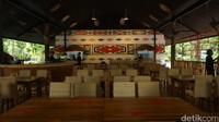 Pengelola Rimba Resto Erwin Rajali menambahkan, cafe tersebut dibuka berbarengan dengan pembukaan kawasan Afrika. Lebih lanjut, ornamen di bagian interior cafe pun dibuat dengan gaya hutan rimba. Seperti bagian mural, warna dan pattern, serta material kayu dan jerami.