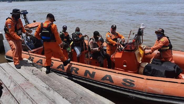 Timgab mencari longboat yang hilang kontak di Perairan Asmat (Foto: dok. Humas Polda Papua)