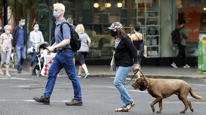 Shoppers wear masks as they walk around a shopping precinct in Sydney, Australia, Sunday, Jan. 3, 2021. Masks have been made mandatory in shopping centers, on public transport, in entertainment venues such as a cinema, and fines will come into effect on Monday as the state government responds to the COVID-19 outbreak on Sydneys northern beaches, which is suspected to have also caused new cases in neighboring Victoria state. (AP Photo/Mark Baker)
