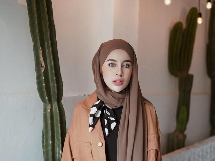 Warna hijab lilac yang digemari di 2020.