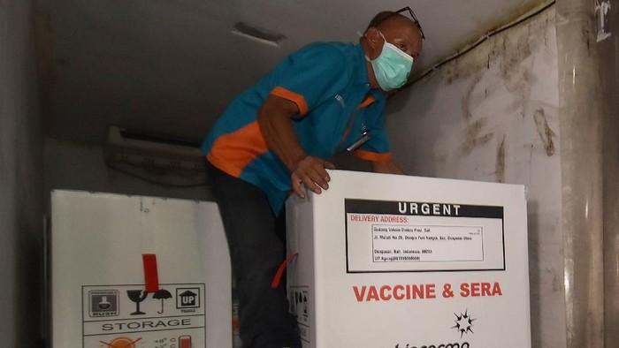 Petugas melakukan bongkar muat vaksin COVID-19 Sinovac setibanya di Dinas Kesehatan Provinsi Bali, Denpasar, Bali, Selasa (5/1/2021). Sebanyak 31.000 dosis vaksin COVID-19 Sinovac yang tiba di Bali tersebut pada vaksinasi tahap awal diprioritaskan untuk tenaga kesehatan yang akan dilakukan pada 22 Januari 2021 mendatang. ANTARA FOTO/Nyoman Hendra Wibowo/rwa.