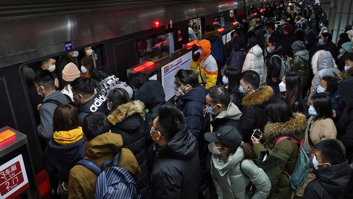 Stasiun kereta bawah tanah di Beijing ramai penumpang saat jam sibuk. Diketahui, Pemerintah China melakukan sejumlah upaya guna cegah varian baru virus Corona.