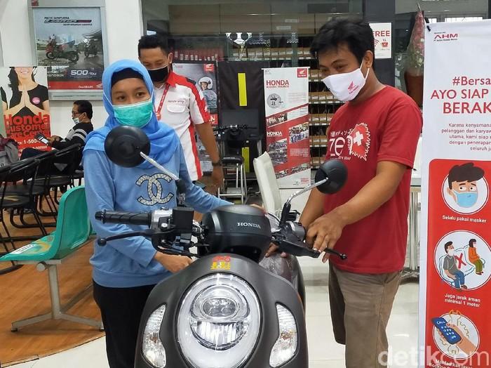 Pasutri di Banyuwangi membeli sepeda motor baru dengan uang koin. Mereka mengaku mengumpulkan uang koin selama 2 tahun, dari hasil jualan di pasar.
