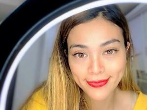 Cerita Bidan Viral karena Bantu Ibu Melahirkan dengan Santuy Sambil Makeup