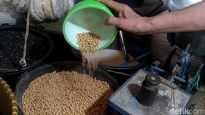 Cabai rawit merah-kedelai kini jadi barang mahal di Pasar Induk Kajen. Harga keduanya bertahan sejak sebulan terakhir, bahkan cenderung naik mendekati nataru.