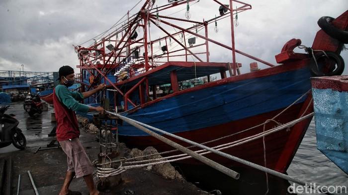 Cuaca ekstrem berdampak pada pendapatan para nelayan di utara Jakarta. Namun meski cuaca buruk, para nelayan tetap berusaha melaut demi penuhi kebutuhan hidup.