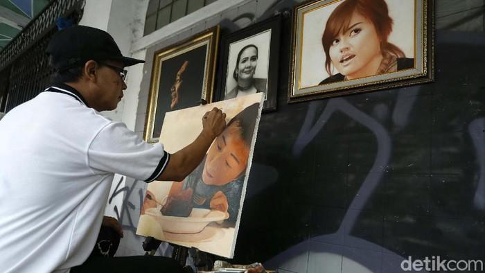 Para pelukis jalanan di Jalan Pintu Besar Selatan, kawasan Kota Tua, Jakarta, sempat ikut terimbas pandemi COVID-19. Kini pesanan lukisan berangsur pulih.