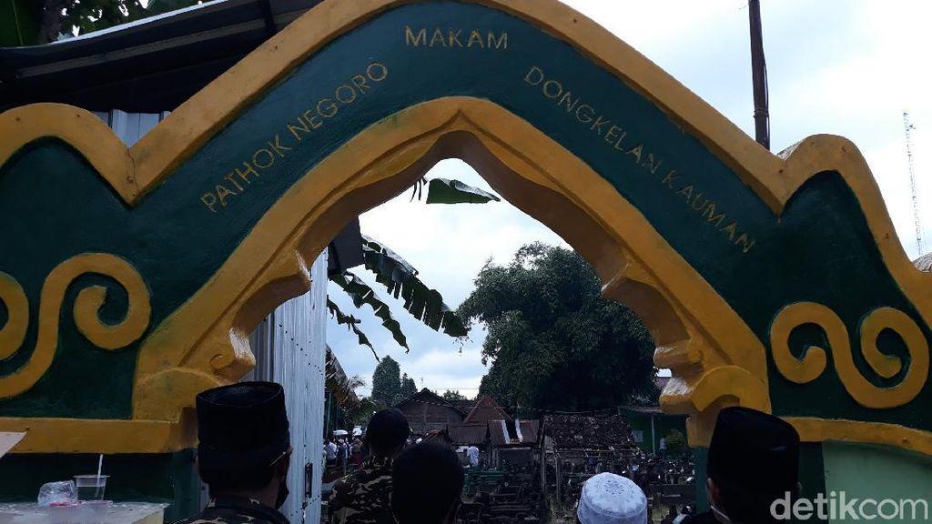 Rintik Hujan Iringi Pemakaman KH Najib Krapyak di Makam Pathok Negoro