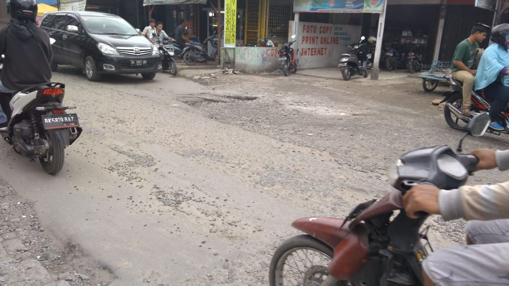 Kondisi Jalan Karya Jaya, Medan, yang rusak dan penuh lubang (Datuk Haris-detikcom)