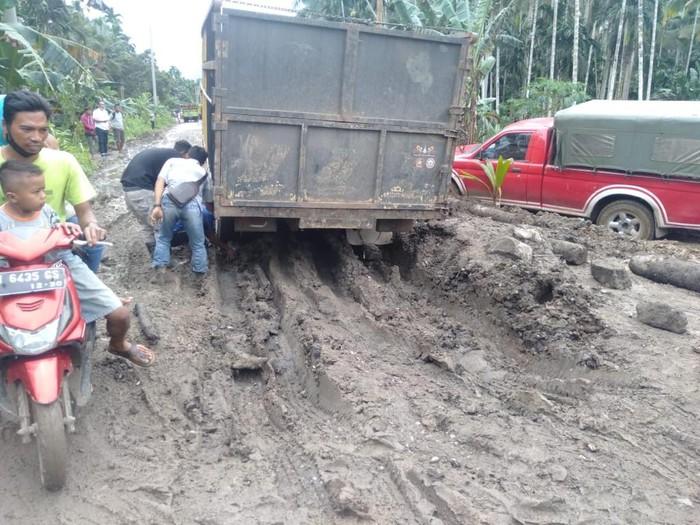 Kondisi Jalan rusak parah di Desa Siau Tanjabtim Jambi yang membuat akses jalan kadang macet. (Dok Istimewa)