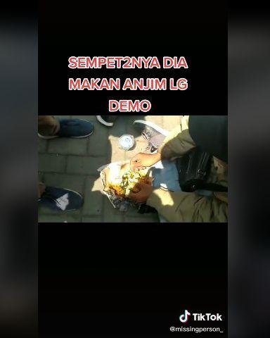 Kocak! 5 Orang Ini Tetap Santai Makan di Tengah Keributan dan Baku Hantam