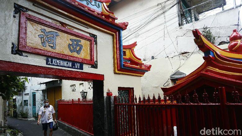 Berbagai persiapan dilakukan oleh warga Tionghoa di Glodok, Jakarta Barat, untuk menyambut hari Raya Imlek. Warna merah mendominasi pemukiman.