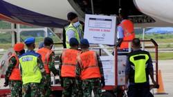 Vaksin COVID-19 Sinovac mulai didistribusikan ke berbagai daerah di Indonesia. Proses pendistribusian itu dilakukan dengan pengawalan ketat kepolisian.