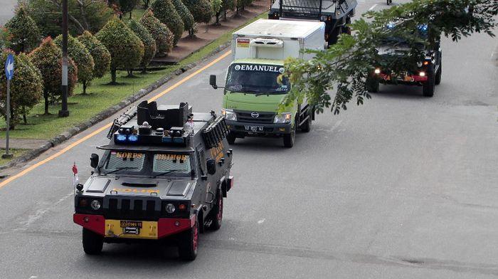 Vaksin COVID-19 Sinovac mulai didistribusikan ke berbagai daerah di Indonesia. Proses pendistribusian dilakukan dengan pengawalan ketat polisi.