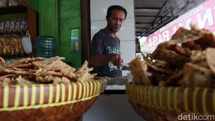 Harga kedelai naik, hal tersebut berdampak juga pada kenaikan harga tempe. Meski begitu, pengusaha tempe goreng di Kota Bandung, Jabar, belum menaikan harga.
