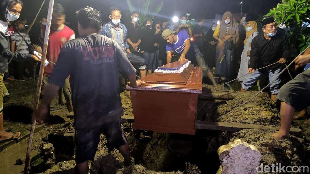 Momen Pemakaman Chacha Sherly Eks Trio Macan di Sidoarjo