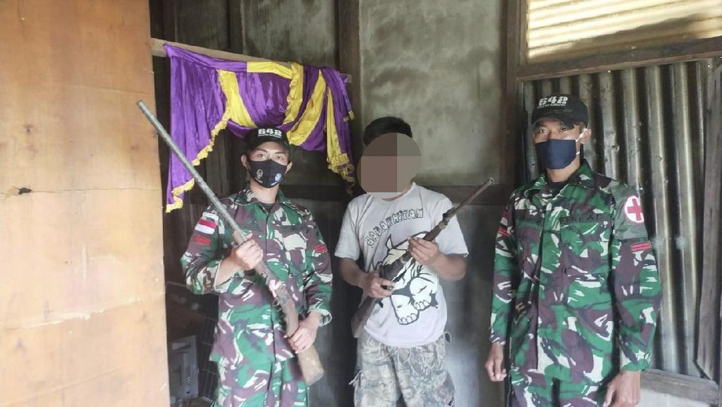 Satgas Yonif 642/Kapuas Terima Dua Pucuk Senjata dari Warga Perbatasan Sambas
