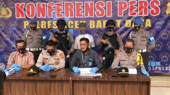 Polres Aceh Barat Daya AKP Erjan Dasmi menggelar konferensi pers kasus perawat tergeletak di jalan dengan tangan putus.